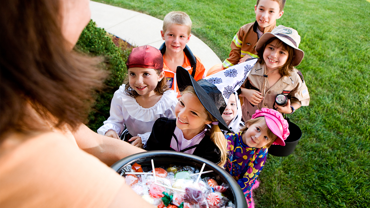 halloween-candy-children-trick-or-treating_1538413441894_404644_ver1_20181003055657-159532